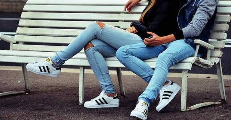 jeans weiße sneaker