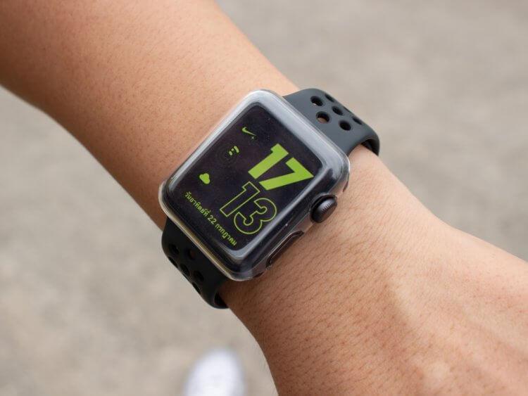 person trägt die apple watch nike series 3 am handgelenk