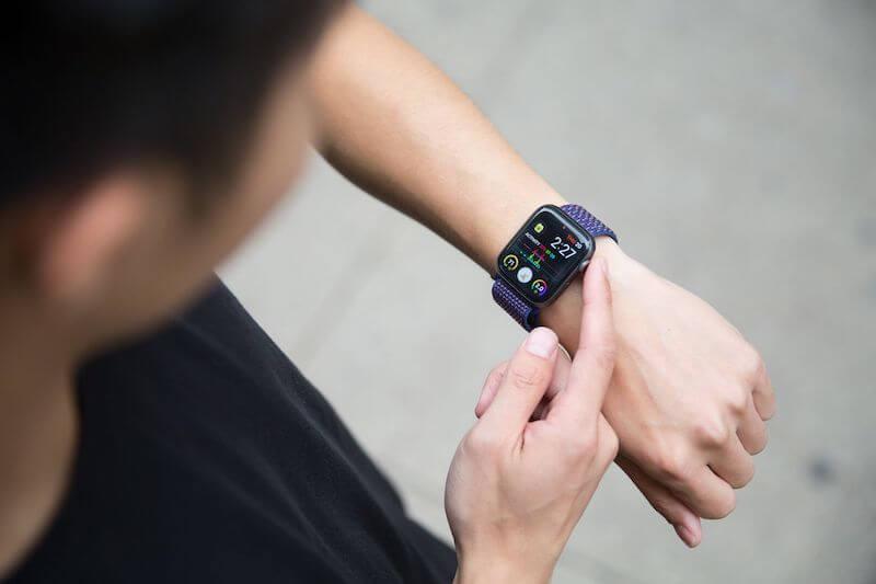 eine persoon trägt die apple watch am handgelenk und liest seinen herzschlag ab
