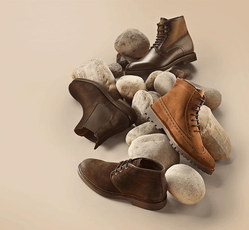 stiefel und boots liegen auf dem boden