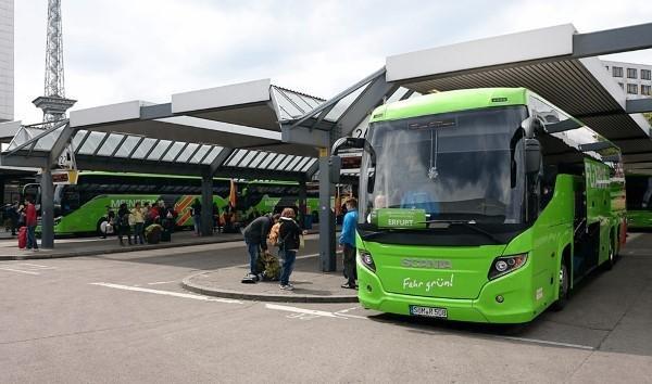 Bushaltestelle mit MeinFernbus Fernbussen