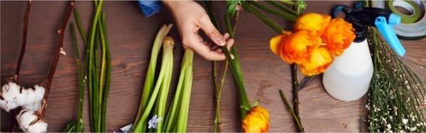 Die Blumen werden von Floristen zusammen gestellt