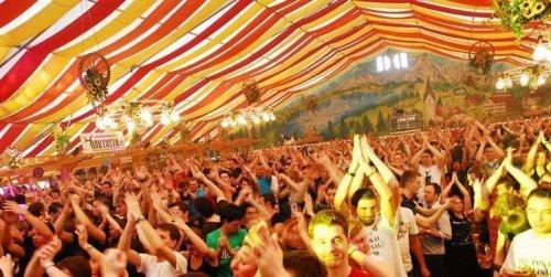 """Stuttgart: Cannstatter Volksfest - Tisch-Reservierung für 10 Pers. inkl. 10 Maß und 10 halben Göckele für 99,99 Euro statt 193 Euro im Festzelt """"Zum Wasenwirt"""""""