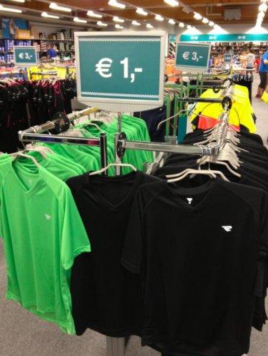 (Lokal @ Runners Point OUTLET Recklinghausen) - Laufshirts 1€ - Laufjacken 3-5€ - Laufröcke etc. 3-5€ - viele Größen verfügbar