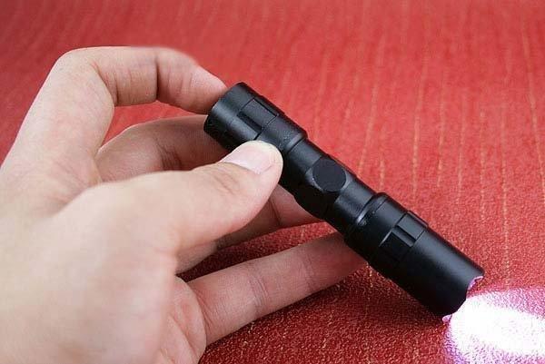 Günstiger wird's nicht: Taschenlampe (1xAA-Batterie) mit Lanyard für 1,17€ inkl. Versand