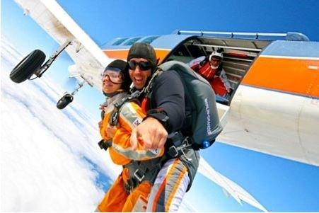 Tandem Fallschirmsprung aus 4000m Höhe (Berlin Lokal)
