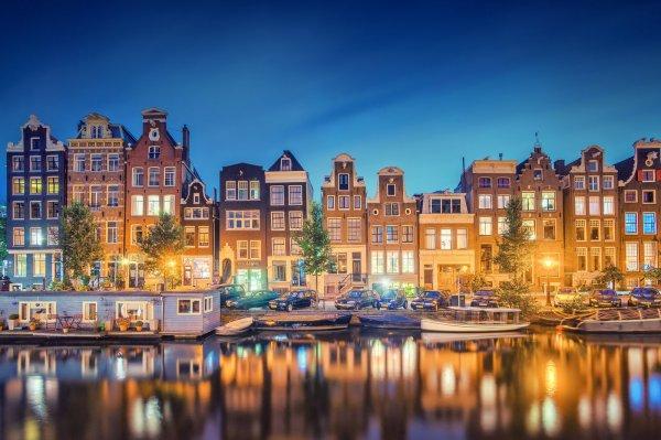 4* Hotels, z.B. Mövenpick Amsterdam City Center 58,- € pro Nacht und Zimmer (Januar)