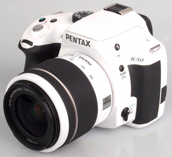 Pentax K 50 mit 18-55mm Kit (wetterfest!) weiß für 322€ (VGP 404€) @hitmeister