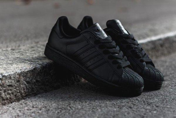 """[11Teamsports] Adidas Superstars """"All Black""""  für € 63 (durch NL € 58)"""