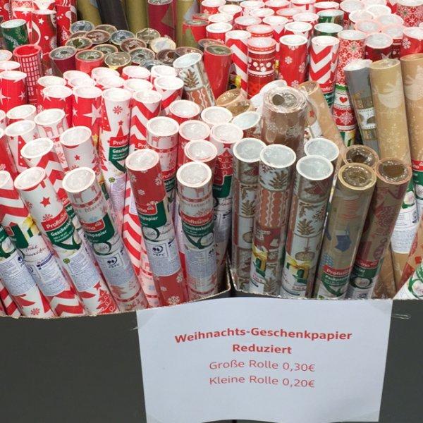 Geschenkpapier Weihnachtsmotive fast geschenkt in Braunschweig (Lokal)