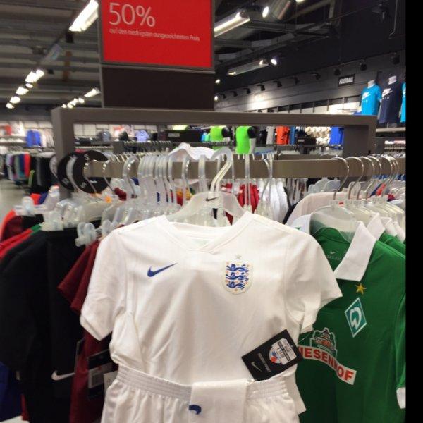 [lokal Herzogenaurach] Nike Set der englischen Fußballnationalmannschaft für Kinder