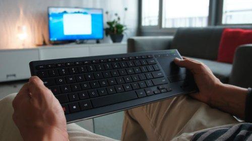 Logitech K830 kabellose, beleuchtete Wohnzimmer-Tastatur mit Touchpad schwarz für 59,99€ statt 72€ [Amazon Tagesangebote] + Logitech G700s Gaming Lasermaus für 58,90€