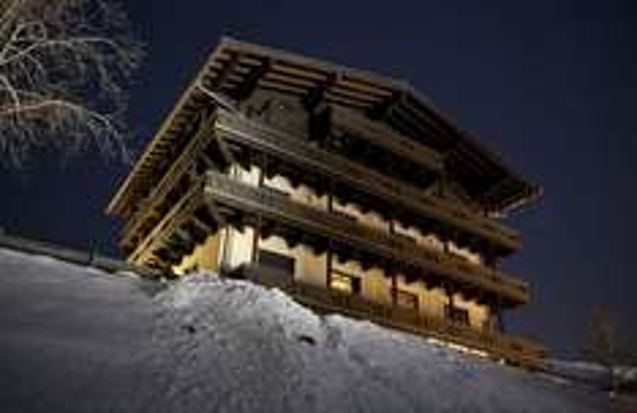 1 Woche Wohnen an der Piste + XXL Apres-Ski in Saalbach-Hinterglemm 6 Tage Skipass, 7 x HP und Busanreise ab 459€