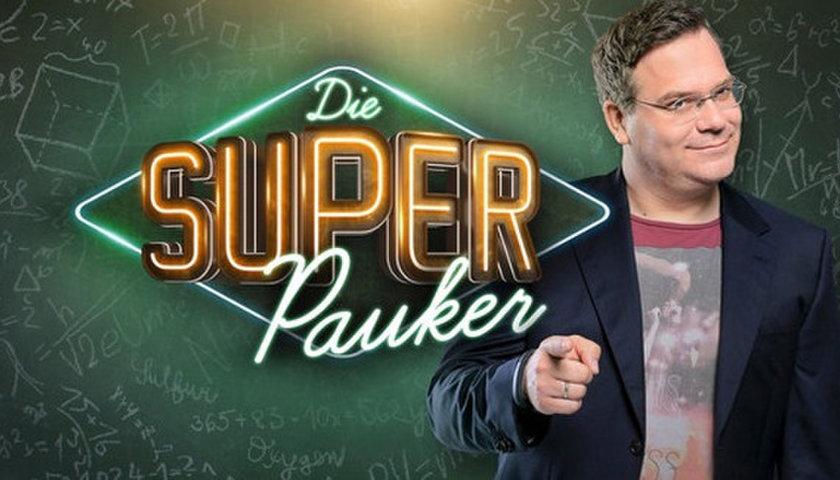 """[Hamburg] Bis zu 4 Freikarten zur neuen Sendung """"Die Superpauker"""" mit Elton"""