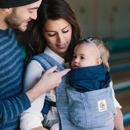 Ergobaby Babytrage Original in blau oder beige für 62,98€ inkl. VSK bei [SpieleMax]