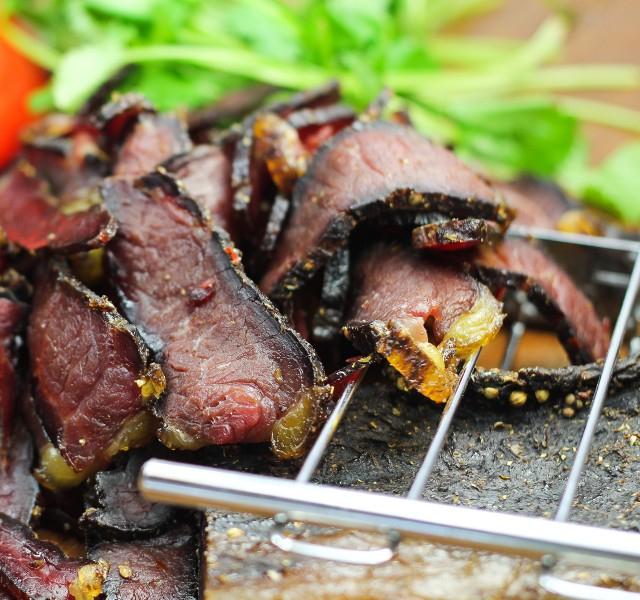 Beef Jerky die 3te: BILTONG Premium Jerky 6x35g für 12,90€ oder 12x35g für 22,90€ oder 3x (12x35g) für 58,70€