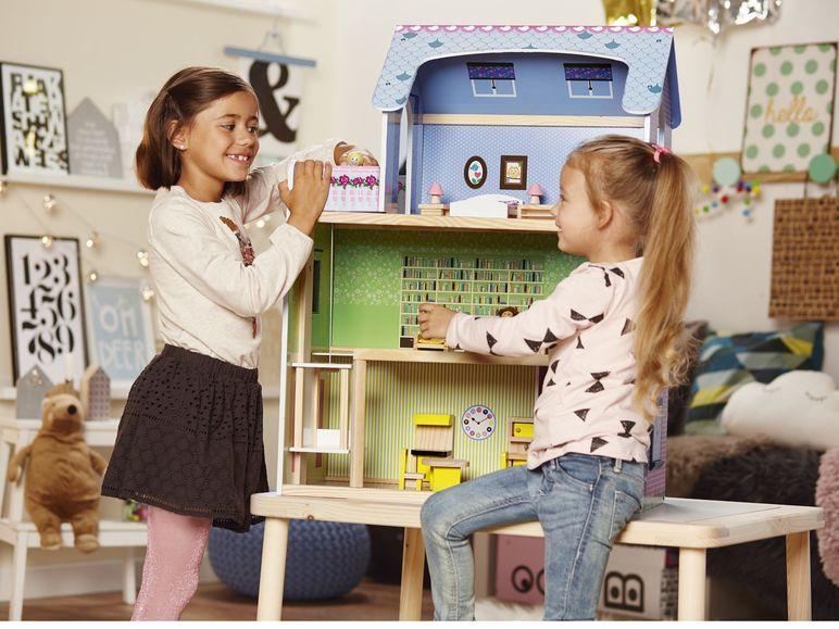 Großes Puppenhaus aus Holz von Playtive Junior mit 29 Teilen, inklusive Treppe, Balkon und Aufzug + 4 kleine Spielkulissen für je 2,99€