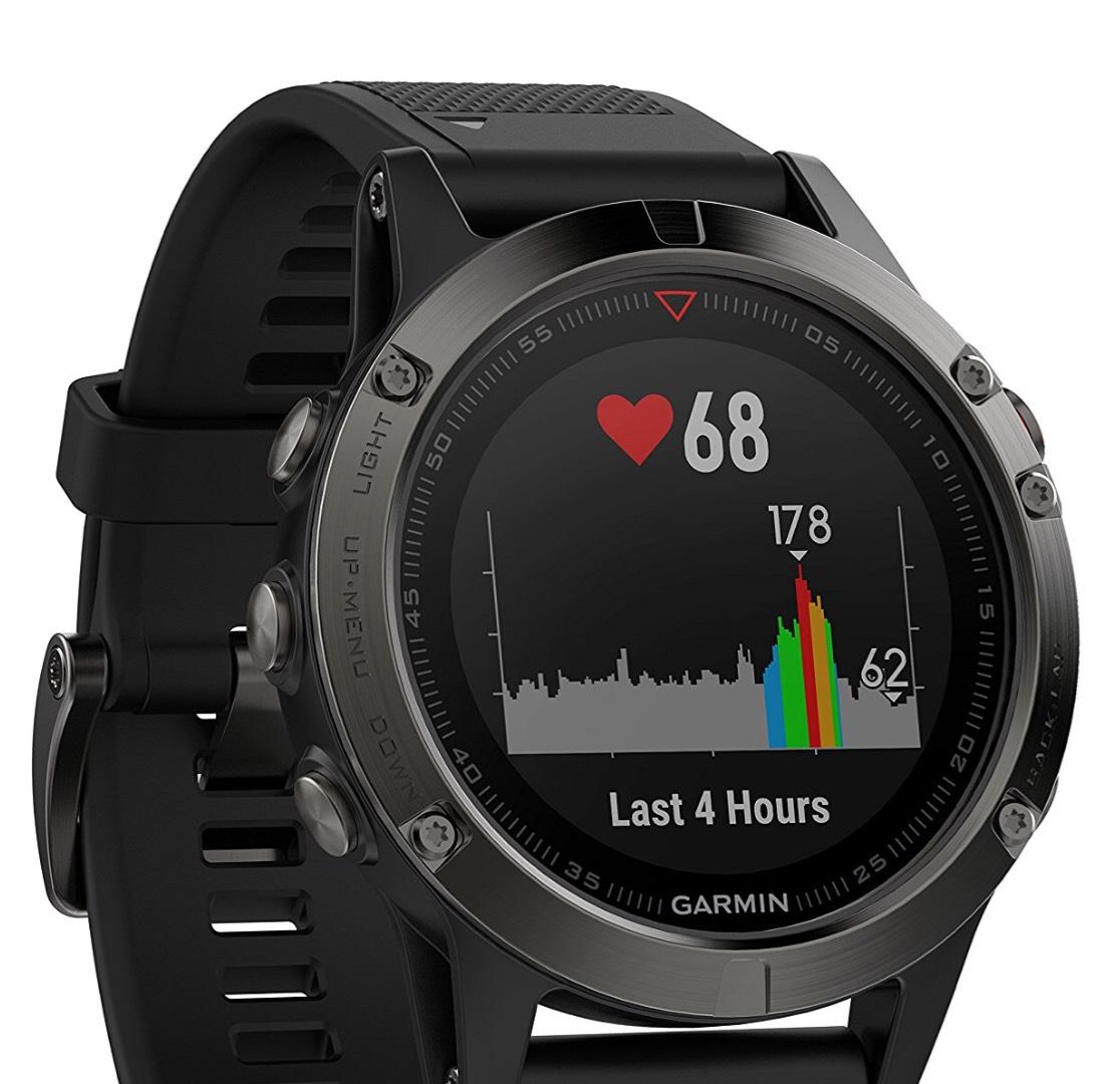 Garmin fenix 5 grau, schwarzes Armband bei Amazon