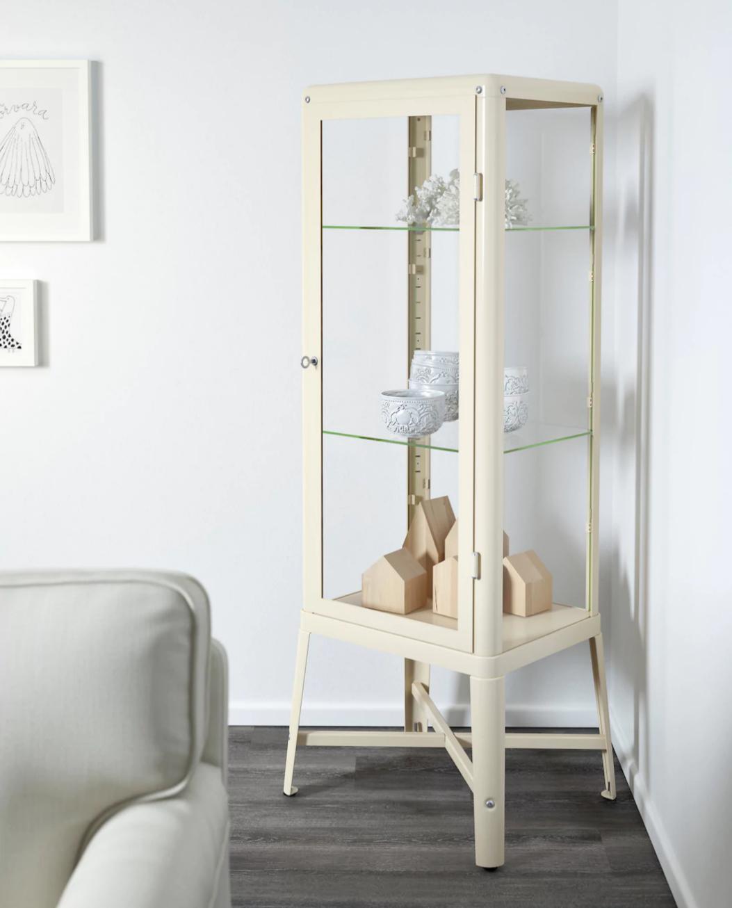 ikea family fabrik r vitrine ab dem. Black Bedroom Furniture Sets. Home Design Ideas