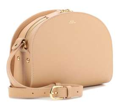 Daily Fashion Candy bei Mytheresa: Jeden Tag 30% Rabatt auf 60 Teile + gratis Versand, heute z.B. A.P.C. Halfmoon Bag in Beige