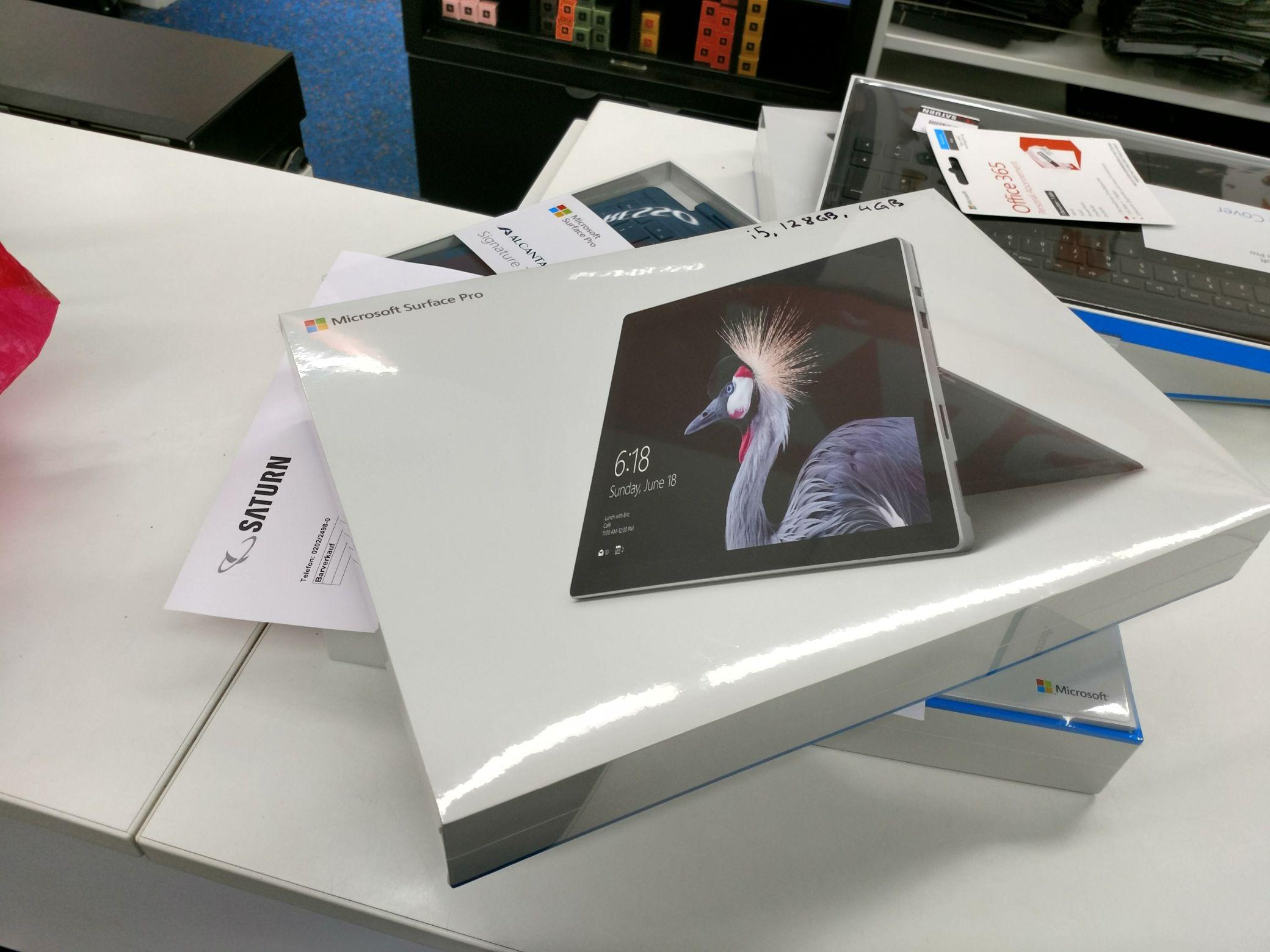 Amazon/Saturn/MM Microsoft Surface Pro (12,3 Zoll, Intel Core i5 der 7. Gen, 4 GB RAM, 128 GB SSD, Windows 10 Pro)