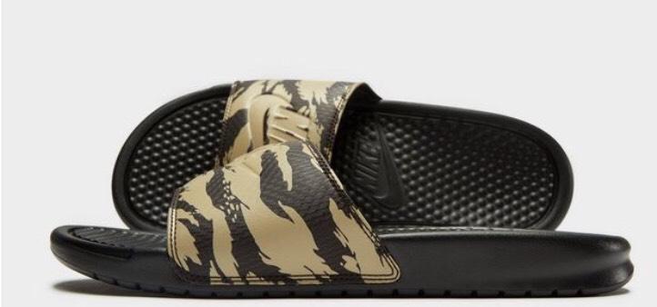 Nike Benassi Slides Camouflage Beige [inkl. Versand] @JD-Sports