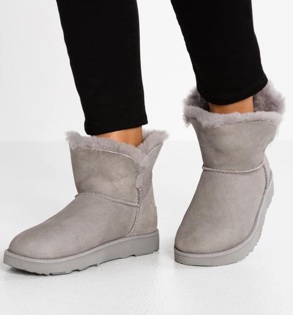 Zalando: UGG CLASSIC CUFF MINI - Stiefelette in den Farbe seal, stormy grey und port