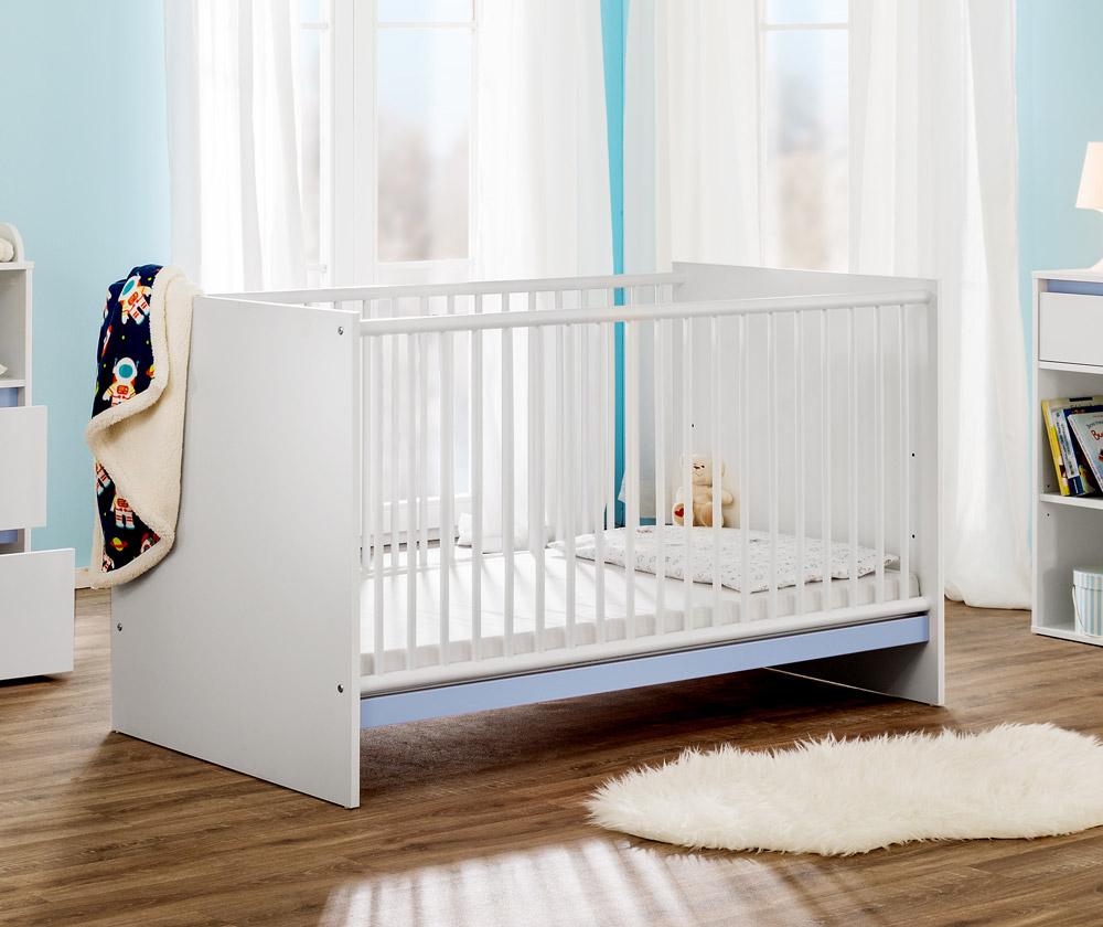 Modernes Babybett mit zweifarbiger Wechselblende, höhenverstellbarem Lattenrost und Schlupfsprossen für 39,60€ inkl. Versandkosten