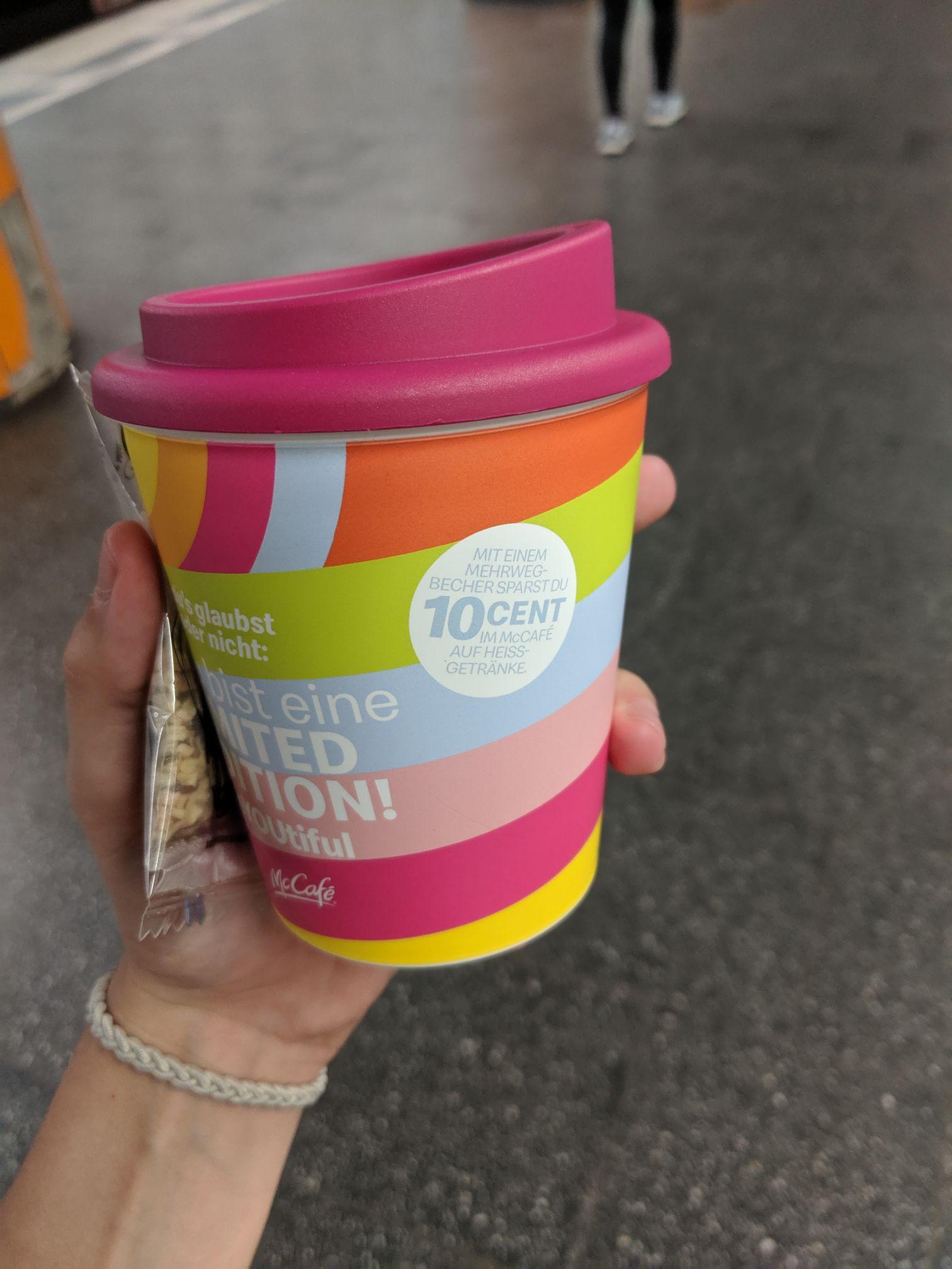 [Lokal: München - Kaufingerstraße] Freebies: Kostenloses Heißgetränk im Mehrwegebecher und dauerhaft 10ct Rabatt im McCafé