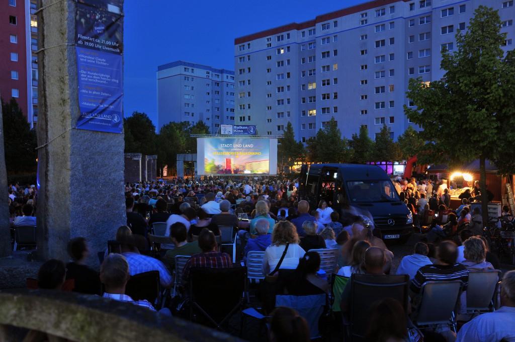 Open Air Kino kostenlos (heute der Film STADTLANDLIEBE) - 25. Berlin Hellersdorfer Balkonkino auf dem Cecilienplatz