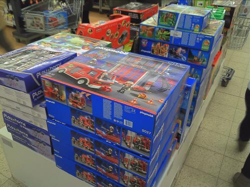 im Real: Lego Technik Unimog Raupenbagger Super Car..., Lego Duplo Eisenbahn Sets..., Playmobil SummerFun Ferienhotel RC Güterzug Raubritterburg...u.a. vieles 50% unter UVP bzz. 30% unter Idealo (evtl. nur LOKAL Halle (Saale) im NC)