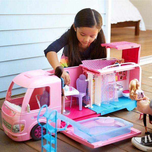 Barbie FBR34 - Super Abenteuer Camper, Puppen Camping Wohnwagen mit Zubehör, Mädchen Spielzeug ab 3 Jahren [Smythstoys Abholung]