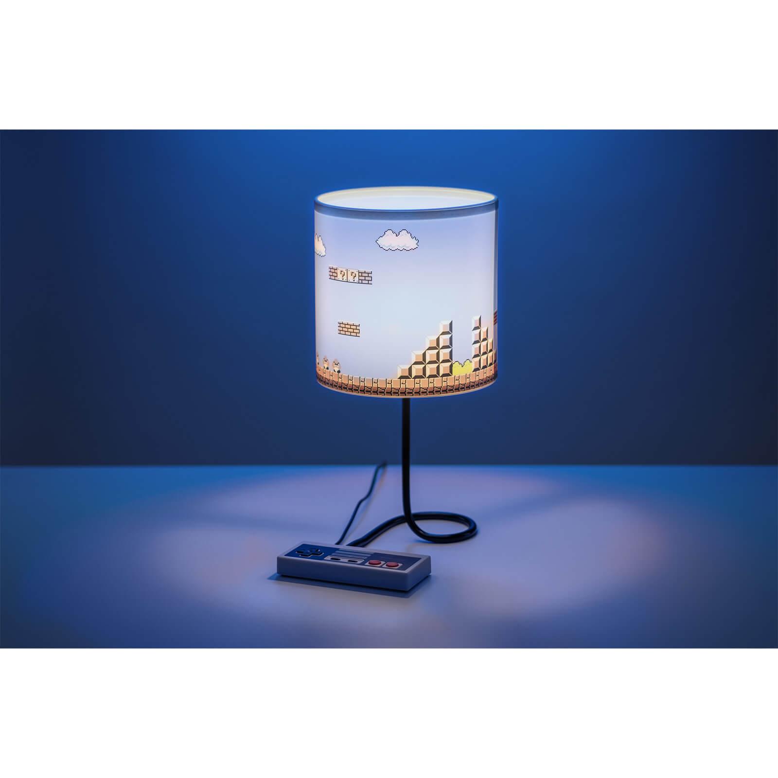 Nintendo NES Lampe für 24,48€ bei Zavvi | oder NES-Lampe, NES-Tasse und NES-Untersetzer für 34,99€ inkl. VSK