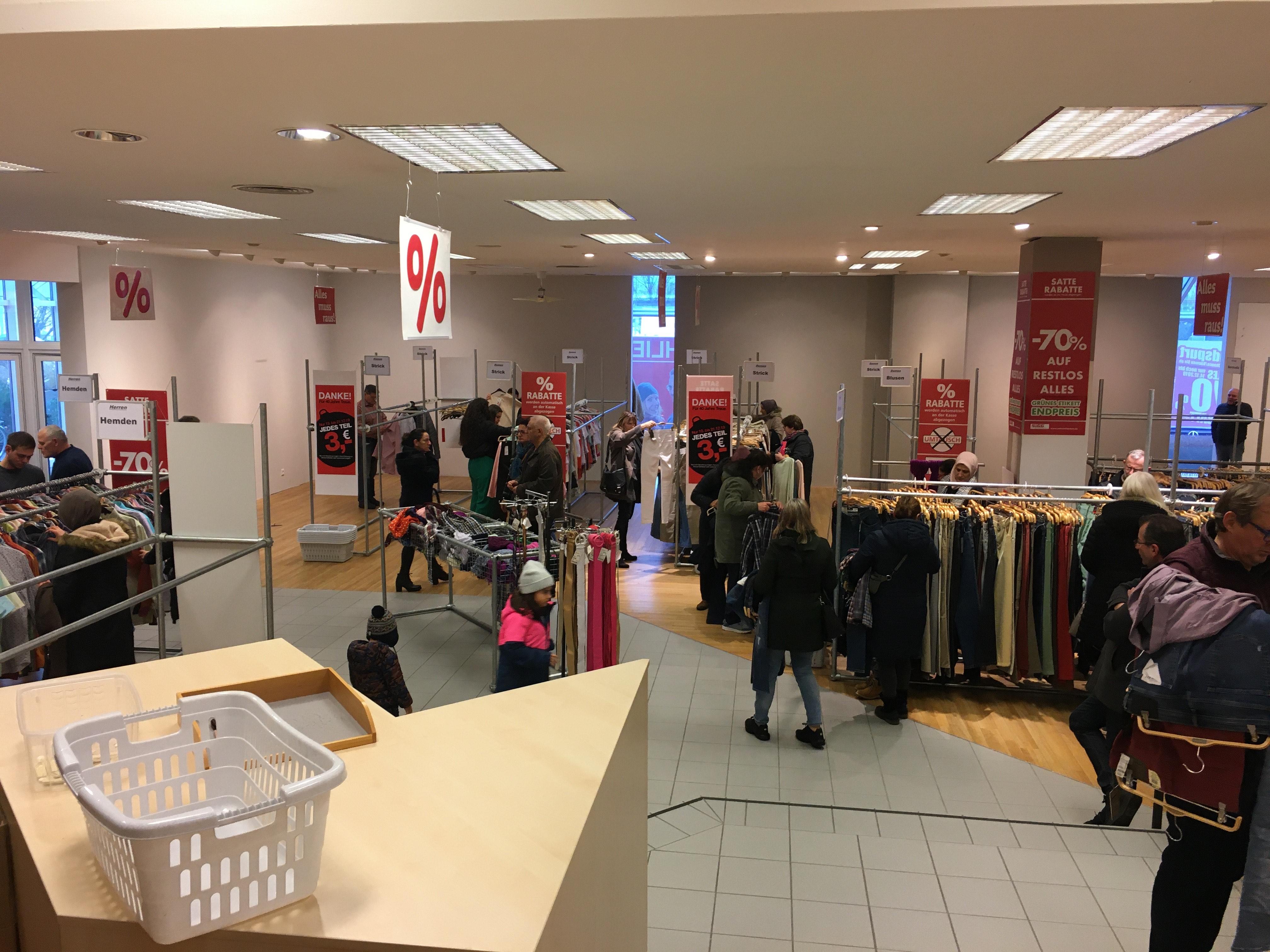 Lokal JOOS Senden 89250 Kleidung Ausverkauf 3€ jedes Teil.