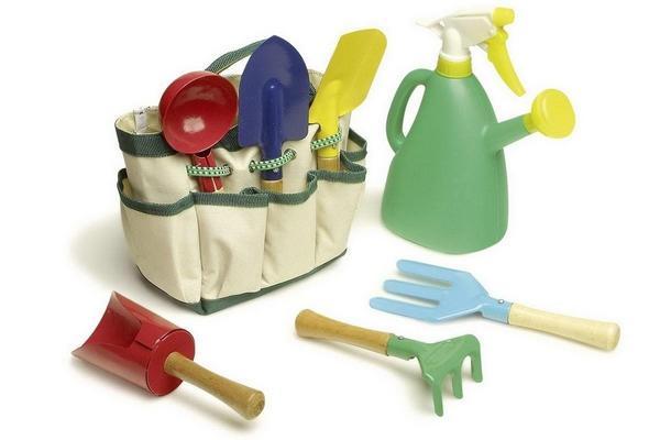 small foot Spielwerkzeug Set, 6 Werkzeuge & Gießkanne in Tragetasche für 10,19€ (Thalia Club)