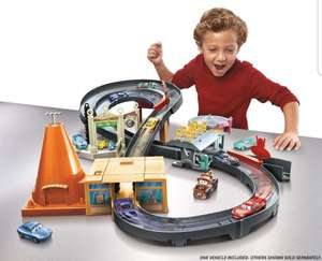 Disney Cars, Rennbahn, Radiator Springs Rennset, inkl. 1 Fahrzeug, Amazon