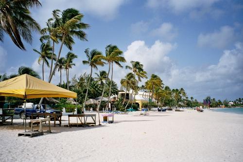 Flug: Antigua/Karibik ab Frankfurt 339,- € (27.01. - 03.02.) - Reise 1 Woche (Flug, Mietwagen, Hotel) 577,- € p.P.