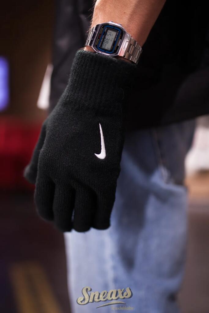 NIKE Tech and Grip Strickhandschuhe mit Swoosh und Touchscreen-tauglichen Fingern