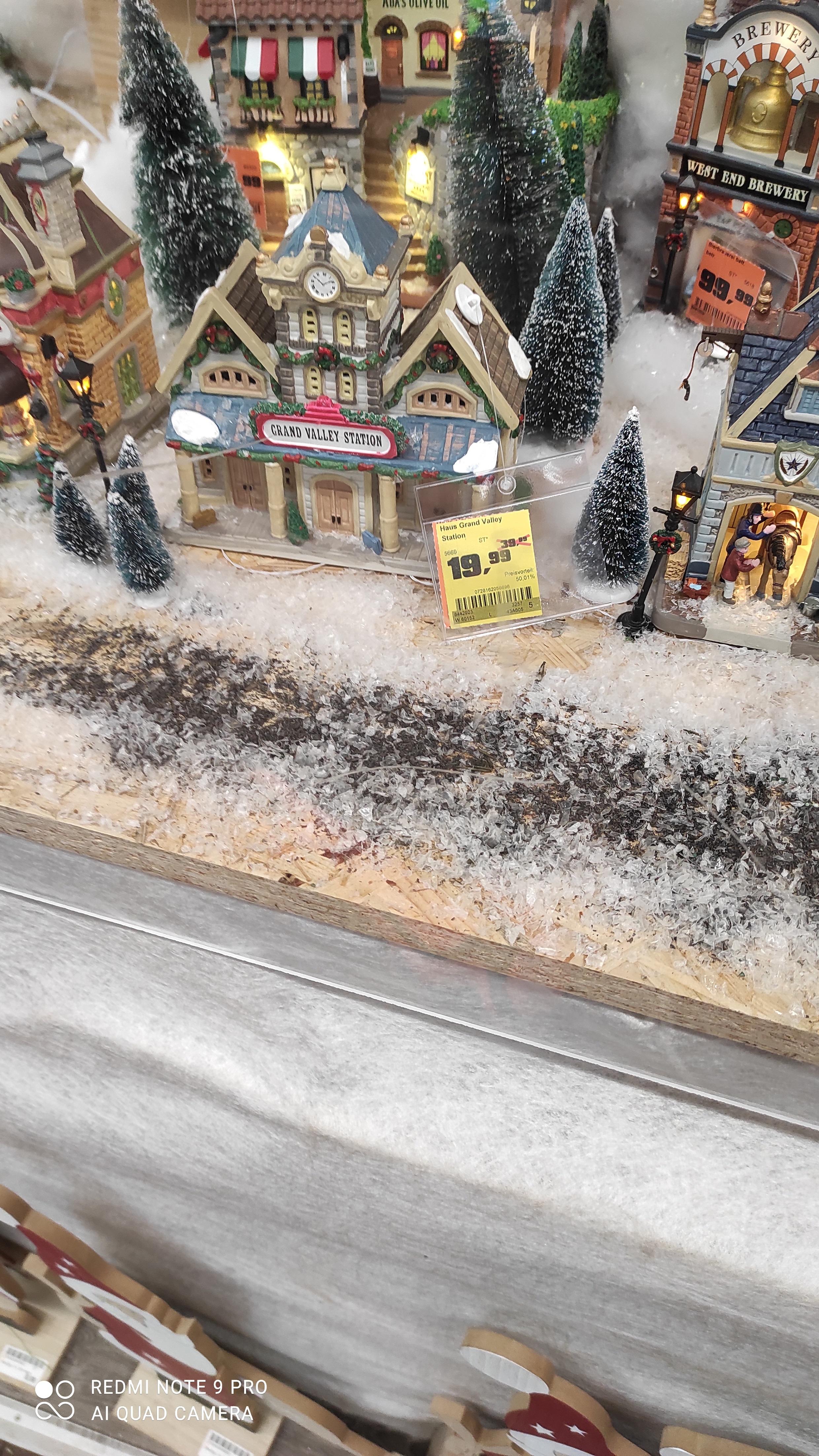 [Lokal Berlin-Steglitz Obi Goerzallee]Verschiedene LEMAX Weihnachtsdeko-Artikel (Häuser, Bäume etc.)
