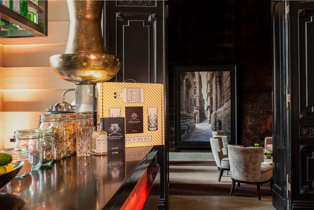 Geschenkidee: 'Bar in der Box' (Enthält: 1x Muscatel Gin (0,5L), das Buch Cocktailian & 2 Nachtmann-Longdrink-Gläser)
