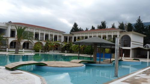 Last Minute Reise: 1 Woche Zypern im 4* Sterne Hotel, Flug (Frankfurt) und Transfer für 165€ p.P.