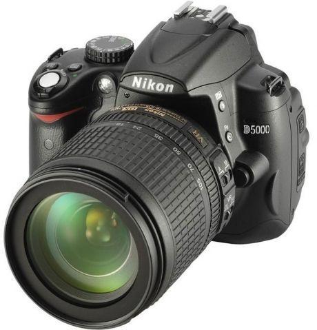 Nikon D5000 mit AF-S DX VR Zoom-NIKKOR 18-105 im Set