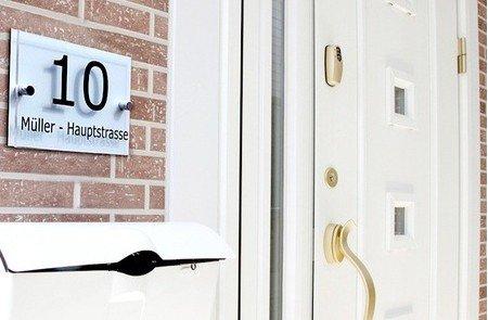 [Group.de]Personalisiertes Hausnummernschild, schwarz oder farbig, ab 9,99 € (bis zu 83% sparen)