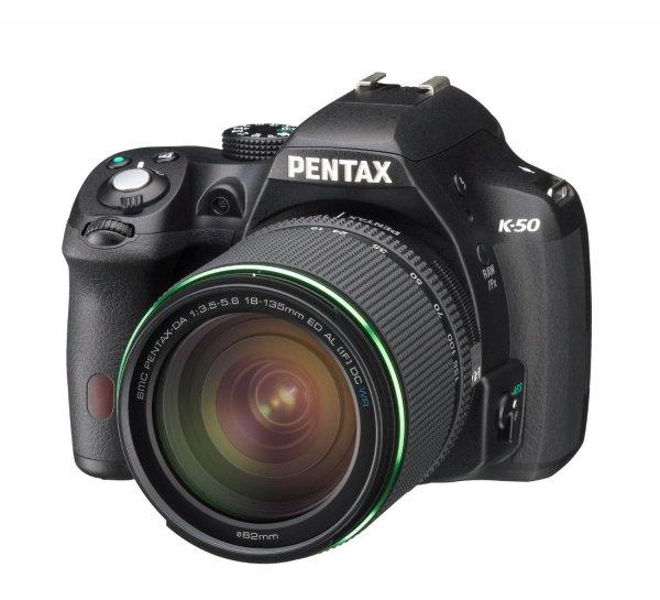 Pentax K-50 body schwarz + DA 18-135 mm WR für 545,70 € @Amazon.fr