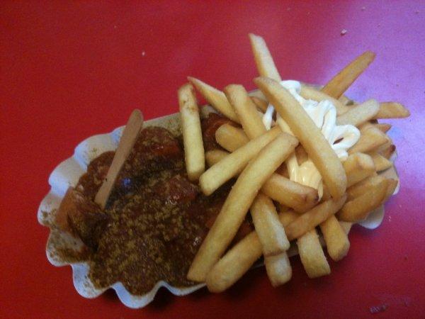 [lokal München] Gutschein für Currywurst oder Chickenwings mit Pommes Frites für 2 Personen direkt am Hbf München für 5,20€ bzw 5,10€ @ groupon