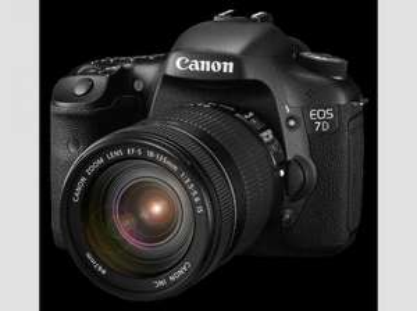 [Saturn Late Night] CANON EOS 7D + EF-S 18-135mm IS, Spiegelreflexkamera, 18 Megapixel, CMOS Sensor, 7,62 cm (3 Zoll) Clear View II TFT Display für 879,- VSK frei