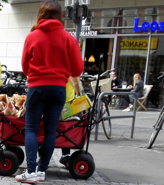 Tüte mit 2 Kiwis Zespri & Kiwilöffel * lokal Wilmersdorfer Arcadenfür lau