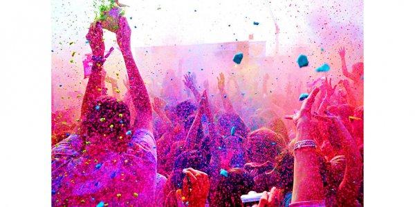"""""""Farbgefühle""""-Festival aka """"Yet-Another-Holi-Farbbeutel-Schmeiss-Party"""" am 25.7. in München €7 statt €30 für 2 Tickets"""