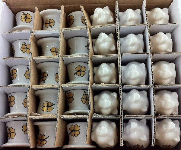 Amazon Prime WHD  : 30 Stück Glücksbringer Glücksschweinchen (15x) aus Porzellan mit Glücksklee und Glückskäfer + Zylinder (15x) Glücks-Zylinder mit Glücksklee für  3,50 €