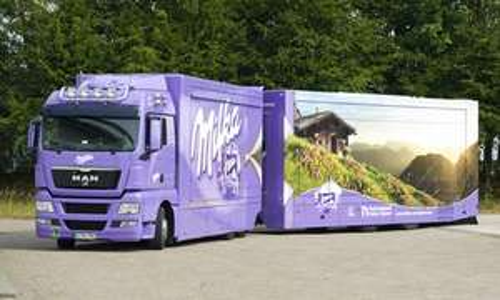 [Lokal Hannover] Milka-Truck verteilt mehrere kleine Tafeln der neuen Sorten vor dem  HBF Hannover